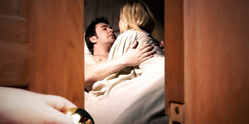 муж трахается с любовницей при жене