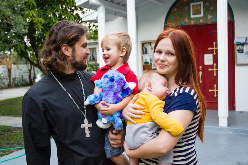 Иерей Михаил с женой и сыновьями возле храма. Фото Катерины Пановой