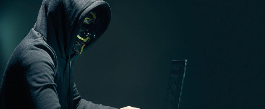 Хакер под ником Капутский взломал базу данных российского визового центра в США Фото: https://fthmb.tqn.com