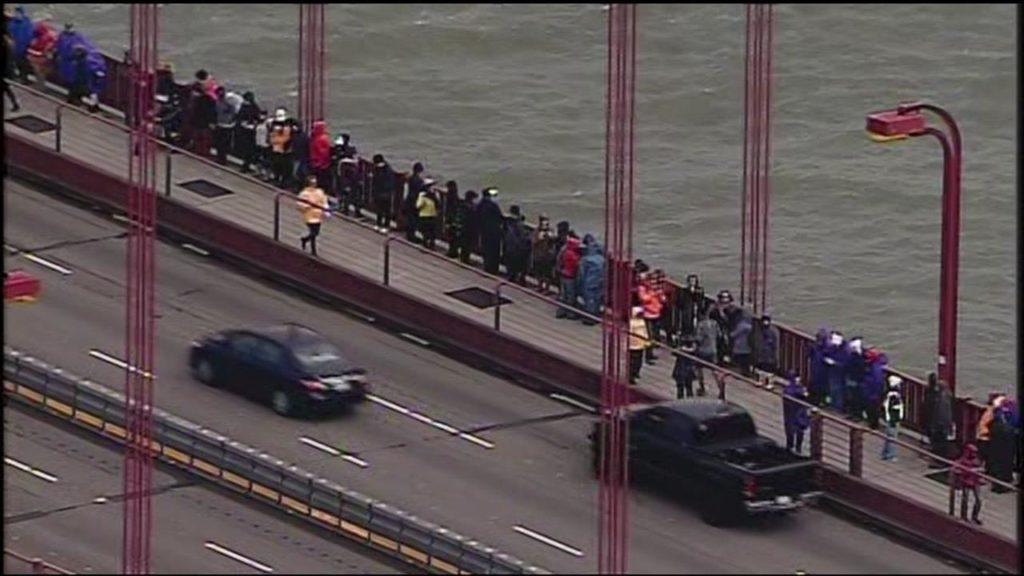 Протестующие на мосту Золотые Ворота, 20 января. Фото http://abc7news.com/