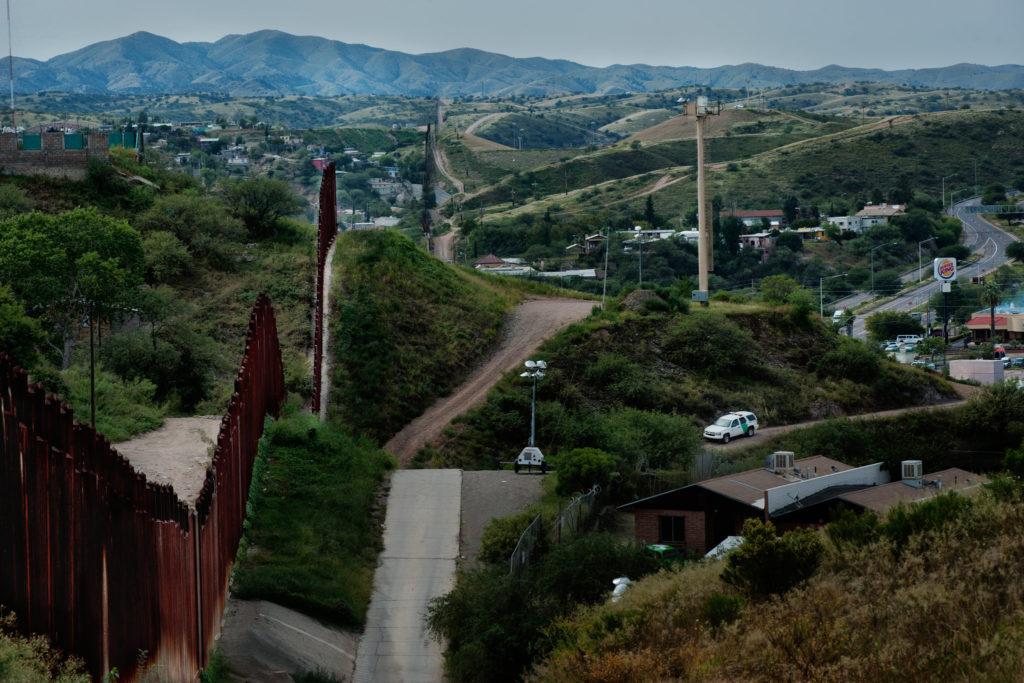 Забор возле города Ногалес, Аризона. Эту часть охраняют государственные службы.  Фото www.nytimes.com