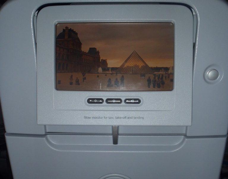 Многие авиакомпании предоставляют своим клиентам личные телевизоры для приятного долгого полета. Фото columbus-chocolate.com