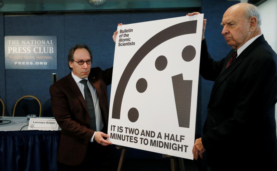 Осталось две с половиной минуты до полуночи. Фото: newsweek.com