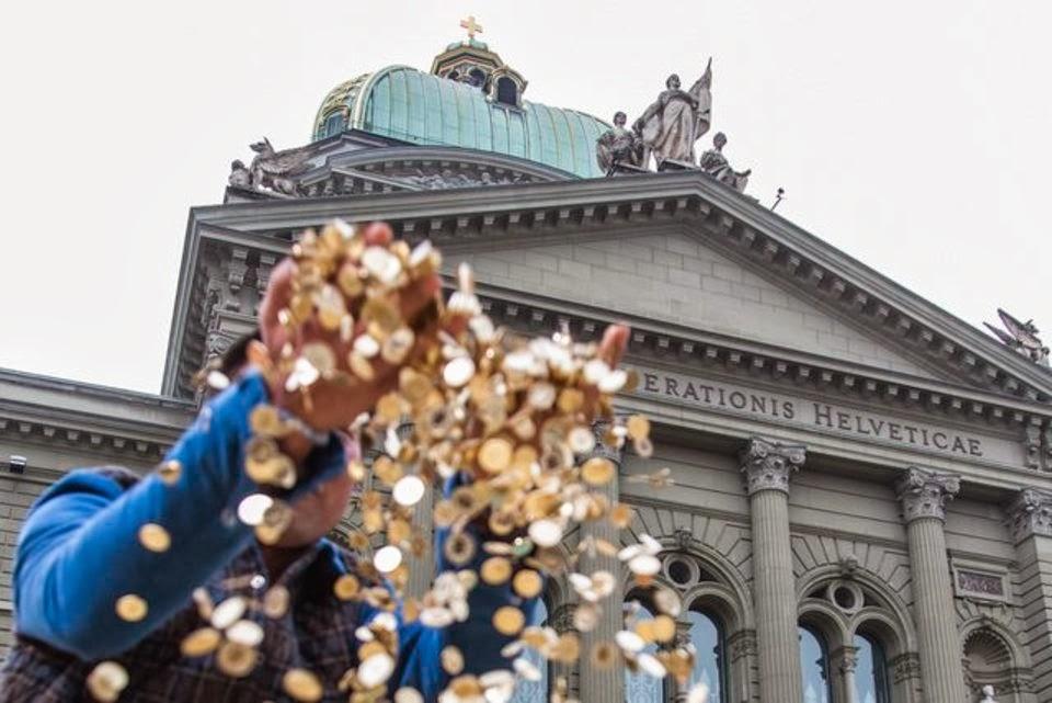 Безуловный доход может негативно повлиять на экономику и общество. Фото: verola.livejournal.com