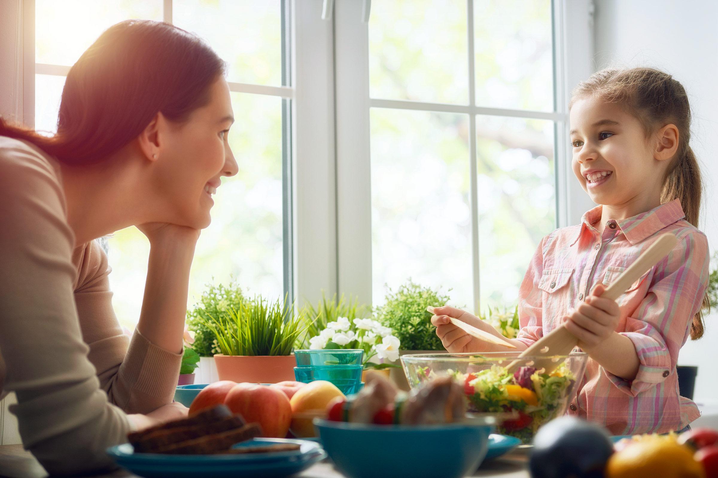 Совместная готовка поможет укрепить полезные привычки в питании. Фото: rd.com