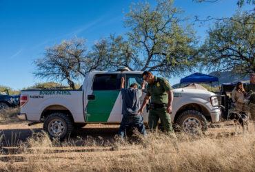 На границе с Мексикой действует кордон из волонтеров, выслеживающих иммигрантов
