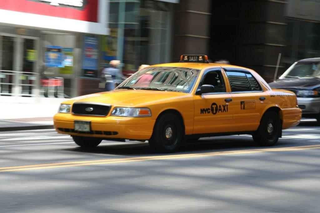 В Нью-Йорке нужно хотя бы раз прокатиться в знаменитом желтом такси. Фото columbus-chocolate.com