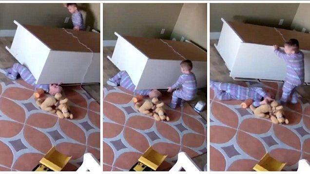 Мальчик пытается освободить брата Фото: elitedaily.com