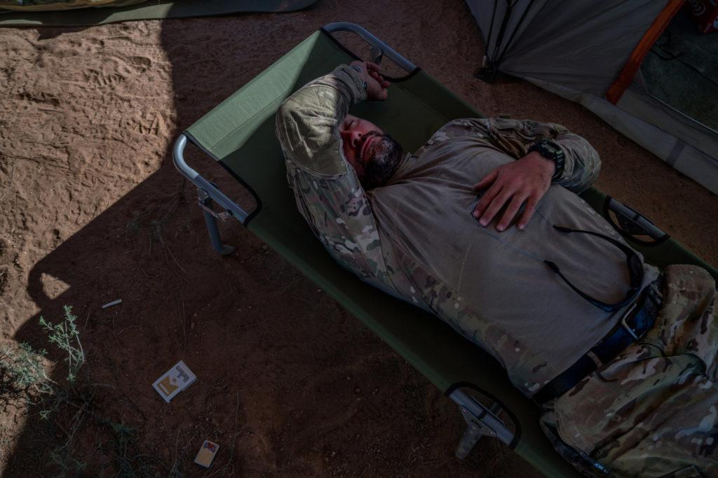 """Джереми Вуд, ветеран и член группы """"Пограничная разведка Аризоны"""" отдыхает после 24-часового рабочего дня, во время которого он выслеживал мигрантов и картельные группы. Фото www.nytimes.com"""