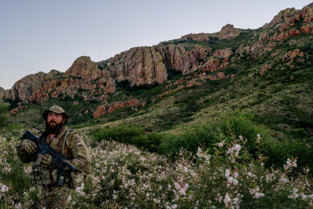 Крис Малуф, член группы, ведет разведку в горах и находит тропы, проложенные мигрантами. Фото www.nytimes.com