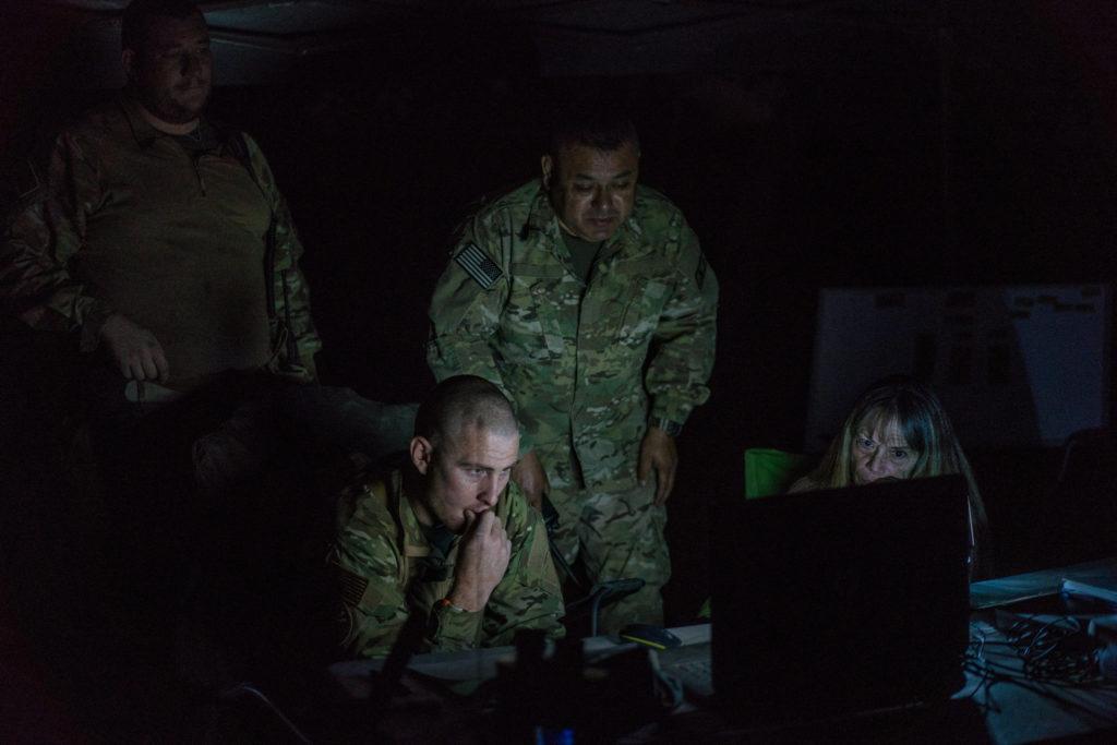 Члены группы ведут радиообмен и мониторят местность на их базе. Фото www.nytimes.com