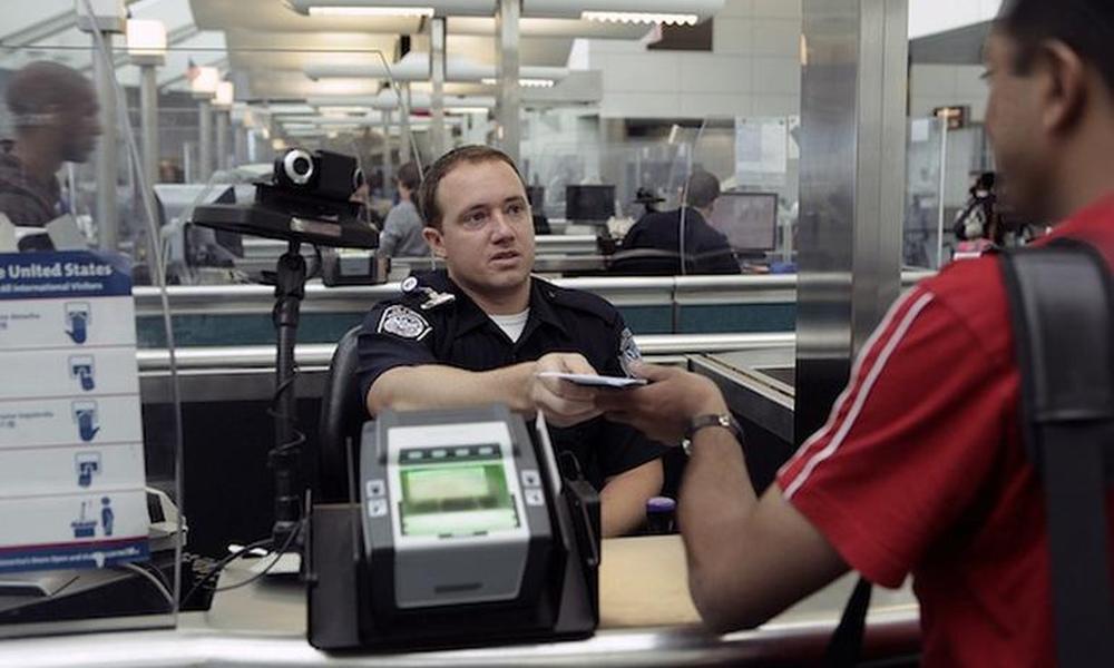 Иностранцы на границе с США должны будут предъявлять аккаунты в соцсетях и список контактов в телефоне. Фото http://rb.ru/