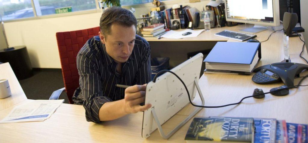 Илон Маск за работой. Фото i0.wp.com