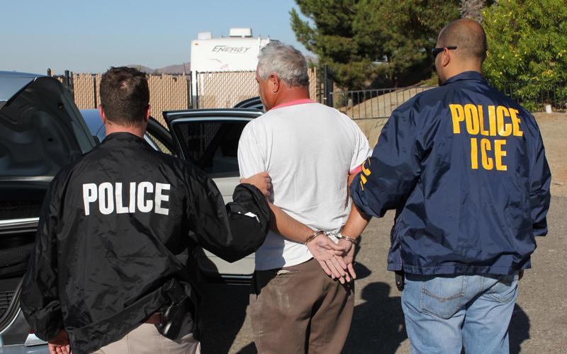 Нелегальные иммигранты и те, у кого есть грин-карта, обязаны носить с собой документы. Фото publicbroadcasting.net