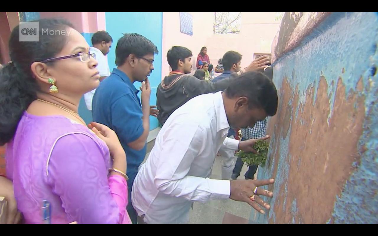 В индийском храме молятся за выдачу H1-B. Фото CNN