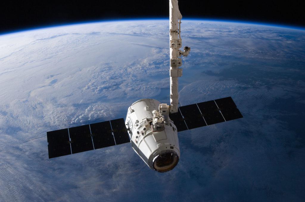 Космический корабль Dragon, который доставляет грузы на МКС. Фото https://upload.wikimedia.org