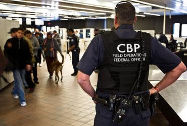 На границе хотят начать проверять соцсети и контакты в телефонах