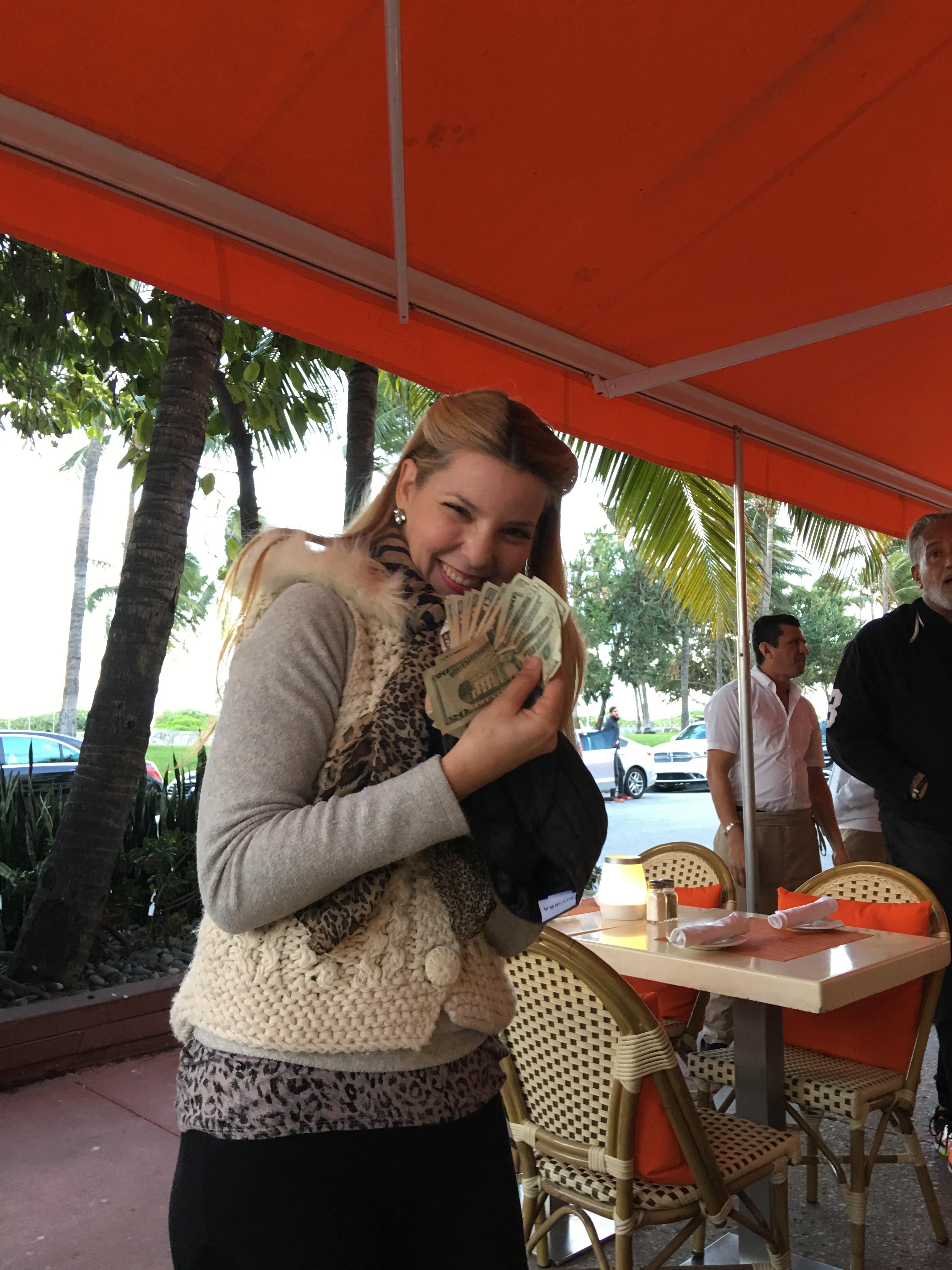 Счастливая обладательница украденных денег Фото: cbsmiami