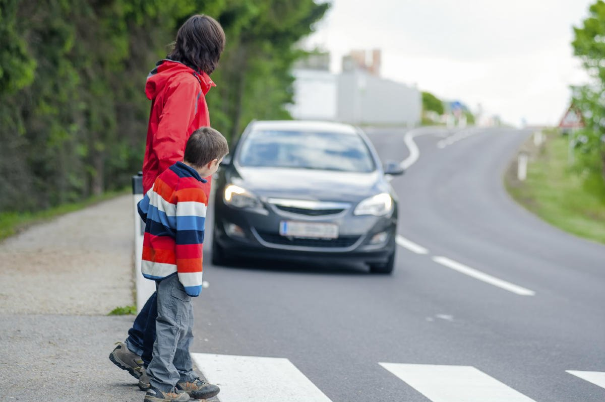 Пешеходам на дороге угрожает больше опасности, чем водителям. Фото: stlouiscaraccidentattorney.wordpress.com