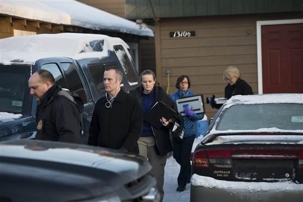 Власти уносят доказательства из дома стрелка. Фото Марка Лестера