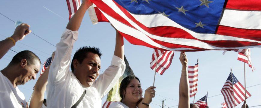 У многих иммигрантов есть высшее образование. Фото: coyotelegal.com