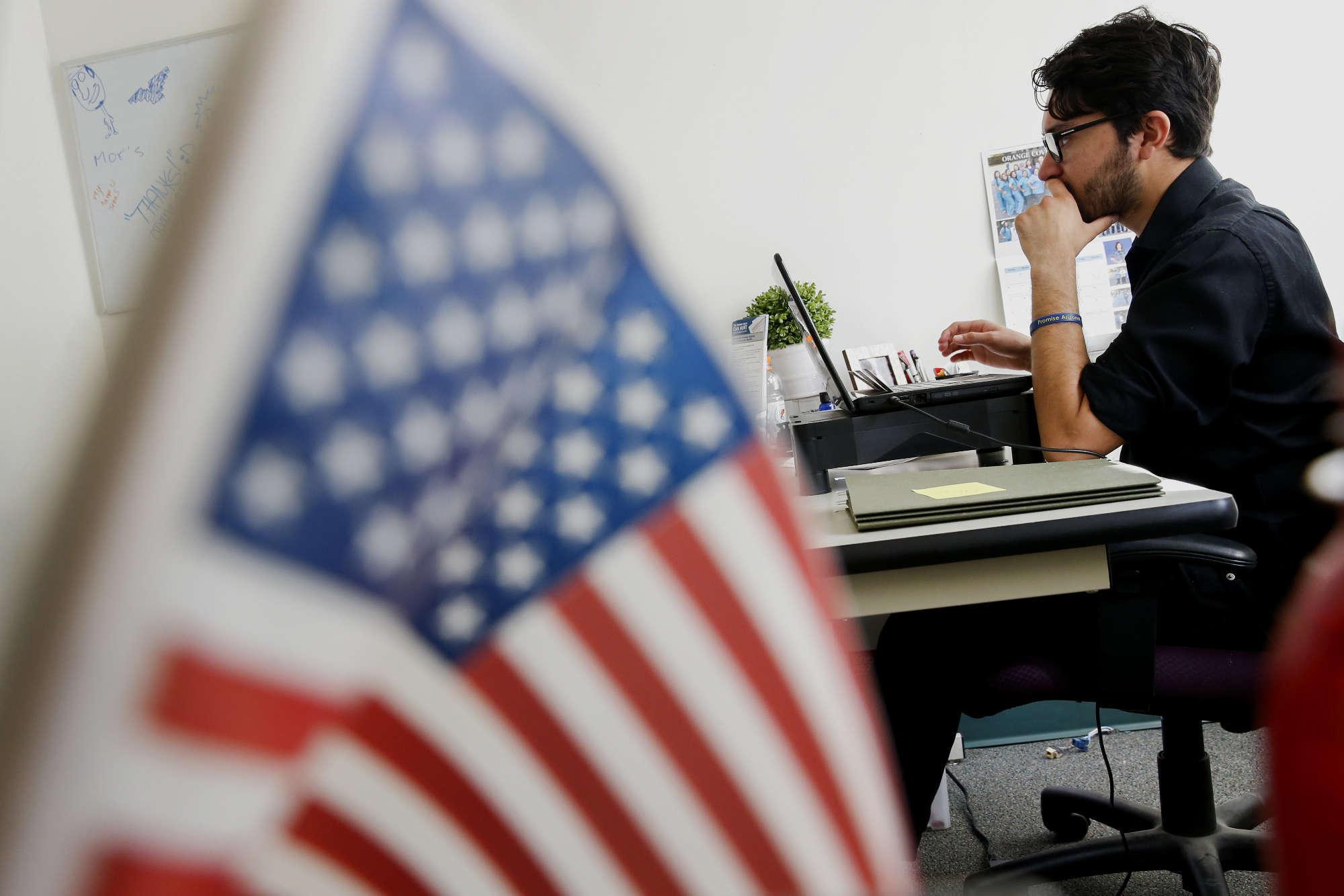 Дух указа - давать работу не иностранцам, а американцам. Фото Bloomberg.com
