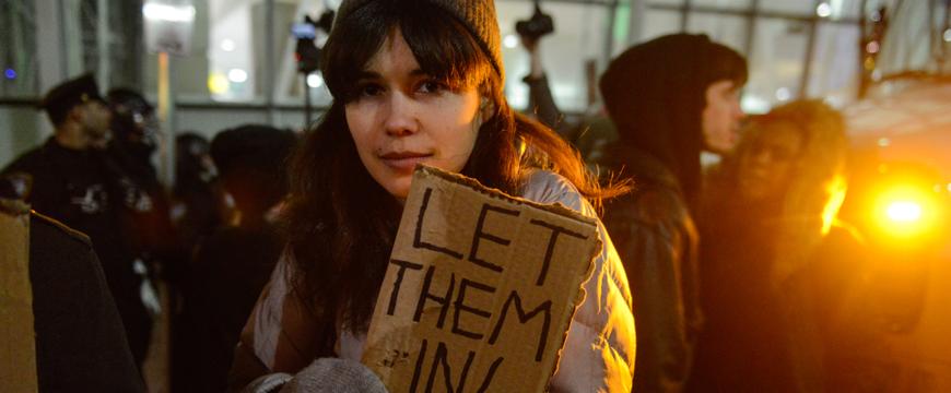 Многие граждане США протестуют против исполнительных указов Трампа. Фото: adweek.com