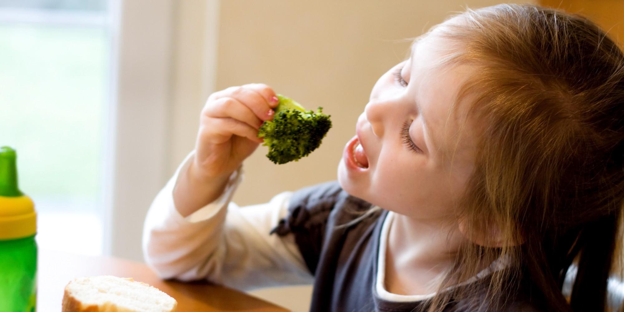 Не нужно навязывать детям неготивное отношение к овощам. Фото: huffingtonpost.com