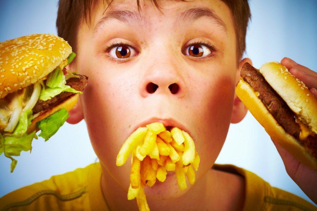 Дети за один прием пищи в ресторанах фаст-фуда потребляют двойную норму калорий. Фото tengrinews.kz