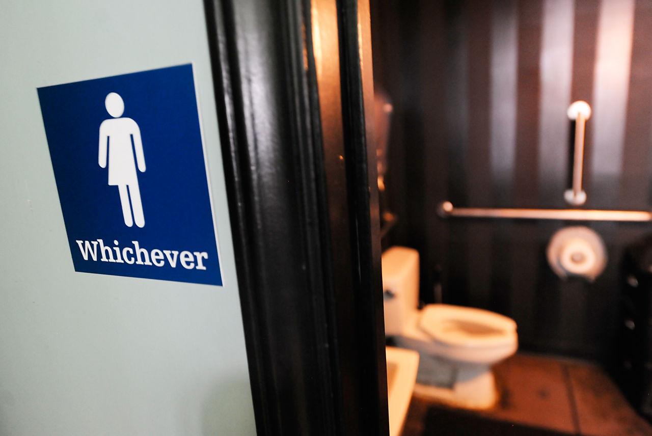 Администрация Трампа не разрешает трансгендерам пользоваться теми туалетами, которые соответствуют их идентичности. Фото: wbur.org