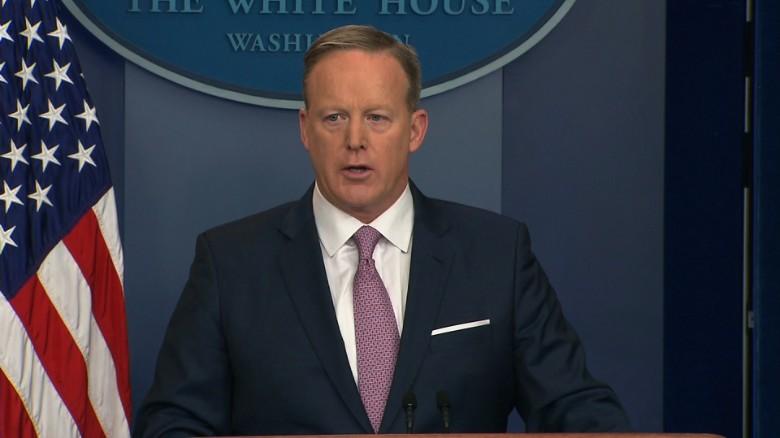 Костюм пресс-секретаря Шона Спайсера Трампу совершенно не понравился. Фото cnn.com