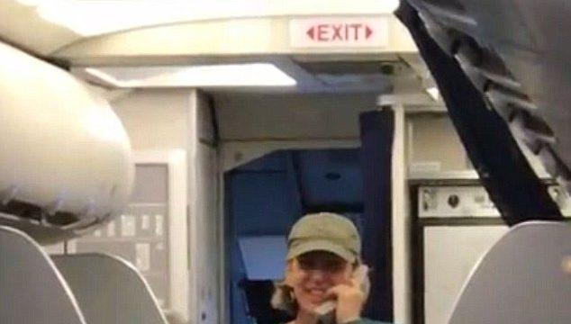 Пилот United airlines разговаривает с пассажирами. Фото: dailymail.co.uk
