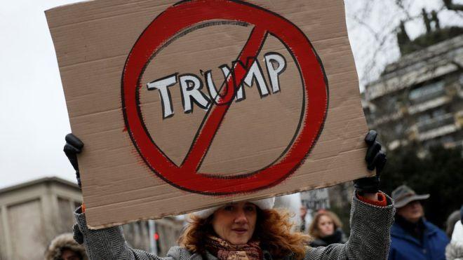 Указ Трампа о запрете иммиграции из семи стран вызвал бурю протестов в США и за рубежом. Фото BBC