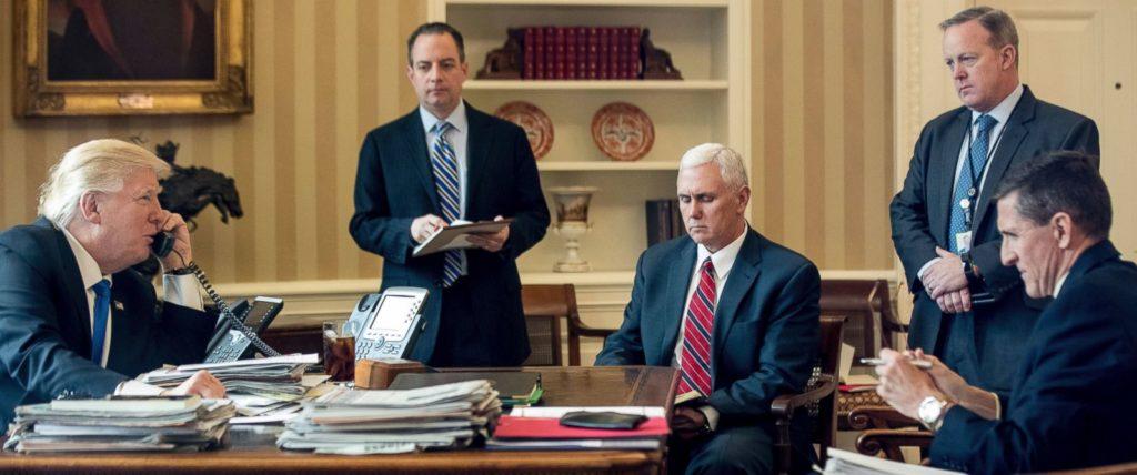 Дональд Трамп и его советники во время телефонного разговора с Владимиром Путиным. Фото abcnews.com