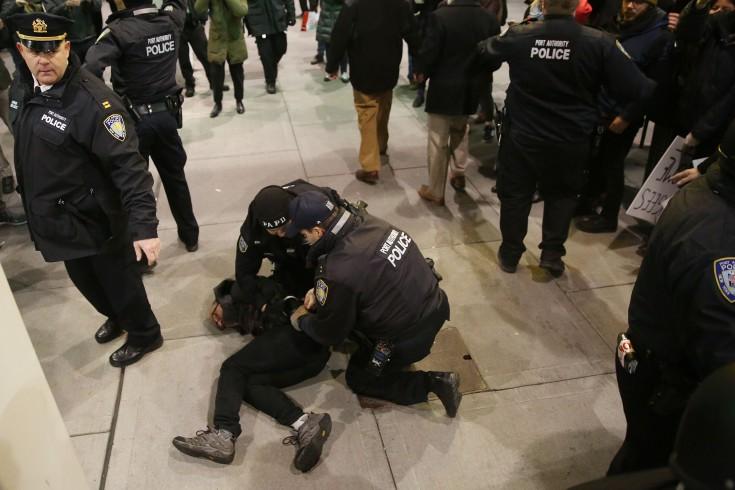 Полиция арестовывает активистов во время протестов в аэропорту Кеннеди. Фото Getty Images