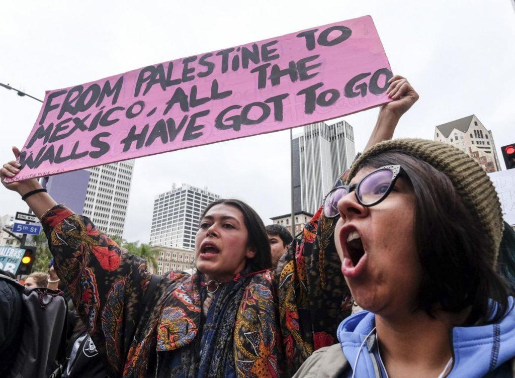 Протесты в Лос-Анджелесе 18 февраля 2017 года. Фото AP Photo/Ringo H.W. Chiu