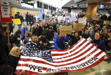 В США успели аннулировать 100 000 виз из-за указа Трампа