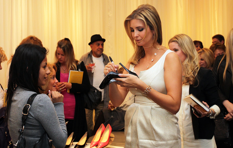 Иванка Трамп дает афтограф на обуви из своей линии одежды. Фото: mic.com