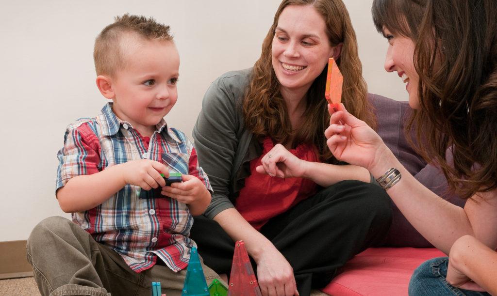 Первые признаки аутизма у детей проявляются в возрасте двух-трех лет. Фото washington.edu
