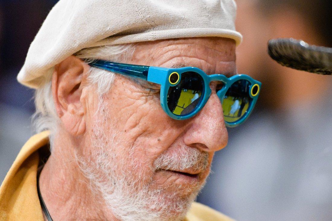 Очки Spectacles популярны не только среди молодежи. Фото: time.com