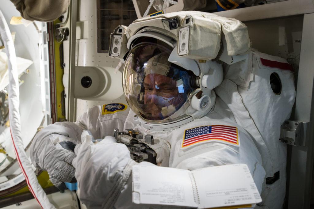 Скотт Келли готовится к выходу в открытый космос. Фото nasa.gov/