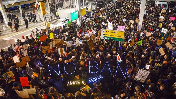 Протест в аэропорту имени Джона Кеннеди в Нью-Йорке. Фото  Rolling Stone