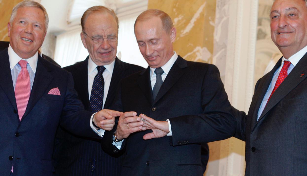 Путину понравилось чемпионское кольцо Супербоула. Фото: meduza.io