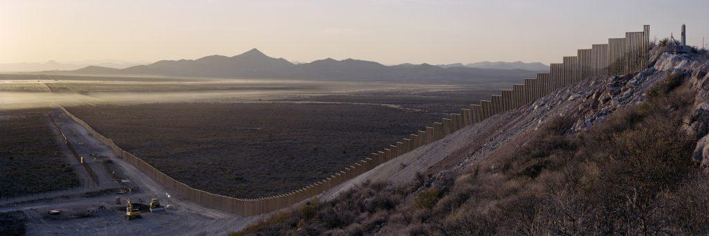 """Не важно, какой стена будет с мексиканской стороны, главное, чтобы со стороны США она была """"эстетически приятной"""". Фото wired.com"""