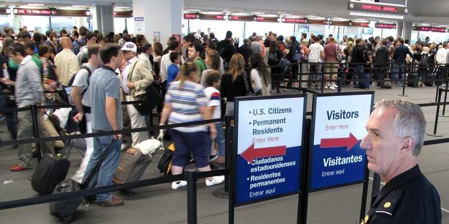 Из аэропорта вас не могут не выпустить без предъявления пароля от аккаунта в соцсети. Фото businessinsider.com