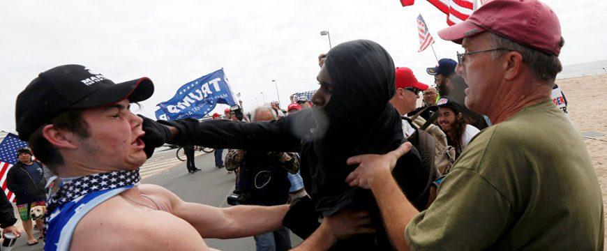 Драка между сторонниками и противниками Трампа. Фото  REUTERS