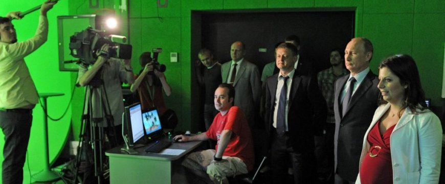 Путин смотрит за съемками на RT. Фото: stopfake.org