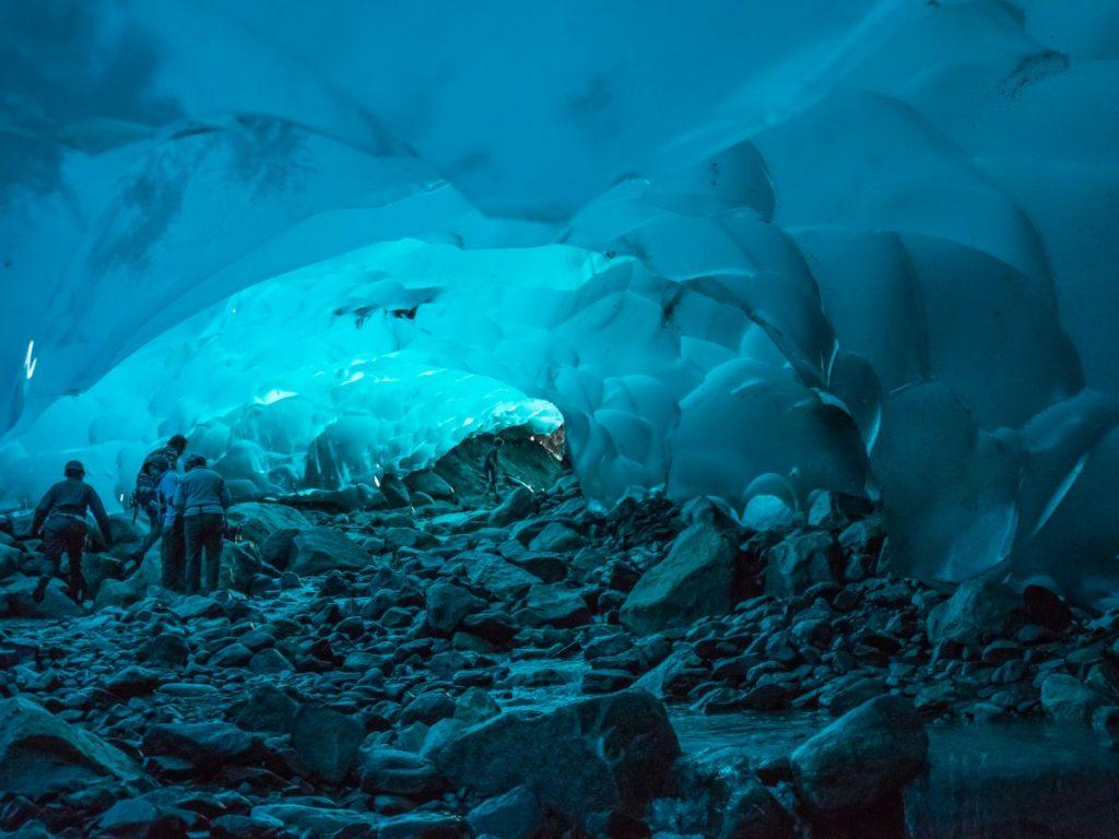 Пещеры в леднике Менденхолл. Фото businessinsider