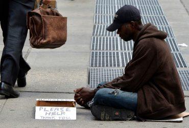 Новый подход к решению проблемы бездомных и просящих милостыню людей - нанимать их на работу. Фото: catholicphilly.com