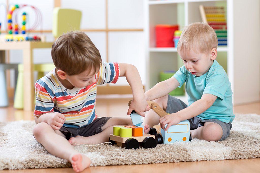 Игрушки могут стать отличной возможностью обучить ребенка разговаривать. Фото zoom.me